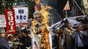 Político indio amenaza con matar a manifestantes