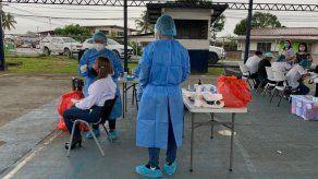 Personal de salud aplica pruebas para detectar covid-19.