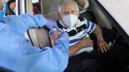 Los adultos mayores y personas con discapacidad del circuito 8-8 que recibieron su primera dosis de la vacuna contra covid-19 en el Parque Omar, recibirán la segunda dosis en la ciudad deportiva Irving Saladino.