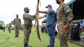 E comisionado entrante del Senafront, Luis Trejos, toma el banderín para quedar a cargo de esta brigada.
