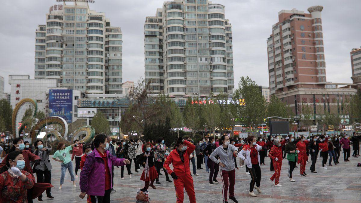 China aprobó el 15 de diciembre una campaña de vacunación contra covid-19 centrada en personas de grupos de riesgo pero los planes contemplaban que, a medida que aprobasen más vacunas y se ampliara la capacidad de producción, el antígeno se comenzase a suministrar también a ancianos o enfermos crónicos y al resto de la población.