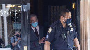Un oficial de policía de la ciudad de Nueva York sale del edificio donde Rudy Giuliani tiene un apartamento en Nueva York.