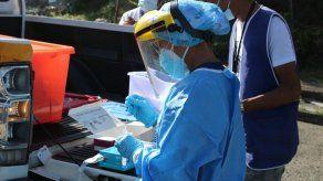 Personal de dalud de Panamá realiza pruebas para detectar la COVID-19.