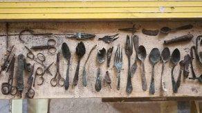 Hallan objetos escondidos por prisioneros en campo de concentración de Auschwitz