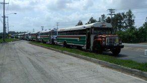Transportistas cierran vía en la 24 de Diciembre por presencia de buses piratas