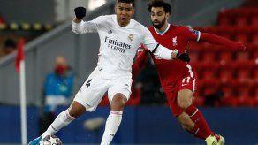 Casemiro disputa el balón con Salah, durante partido de cuartos de final entre Real Madrid y Liverpool.