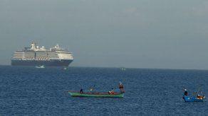 Crucero ancla frente a Camboya; examinarán a pasajeros
