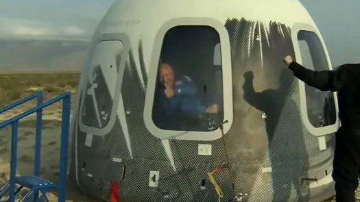 El cohete New Shepard, al que iba a adosada una cápsula que transportaba Jeff Bezos junto a otros 3 tripulantes, despegó a las 8H11 horas locales (13H11 GMT), con apenas unos minutos de retraso sobre el horario