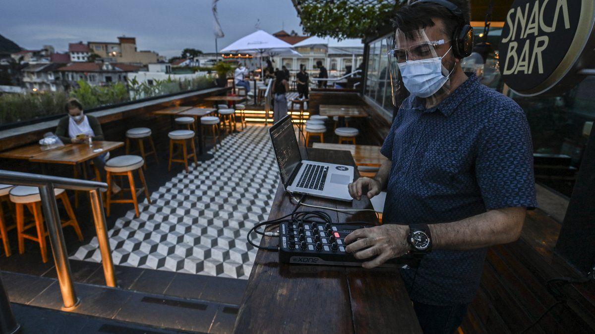 De acuerdo con el Decreto, en los restaurantes y bares con terrazas el personal de atención al cliente estará obligado a utilizar de forma permanente la mascarilla y pantalla facial.