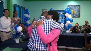 Dos hermanos se reencuentran tras más de 35 años de haber sido separados por sus padres