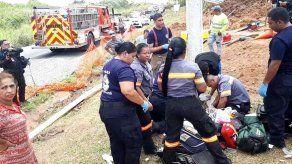 Dos trabajadores muertos y dos resultan heridos tras caer en una alcantarilla en La Chorrera