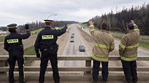 Canadienses regresan a zona devastada por incendio