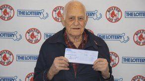 Hombre gana premio de lotería con números de Medias Rojas