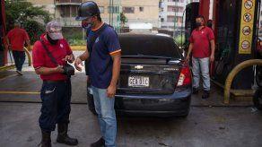 Venezuela vende gasolina por número de matrícula entre filas y protestas