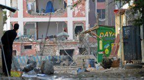 10 muertos y 15 heridos por bombas frente a hotel en Somalia