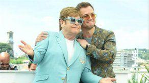La antigua prometida de Elton John critica su exclusión del biopic del músico