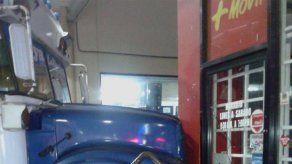 Diablo rojo se accidenta en la terminal de La Doña