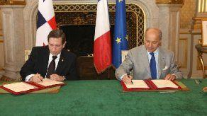 Canciller panameño suscribe acuerdos con Air France para vuelos directos