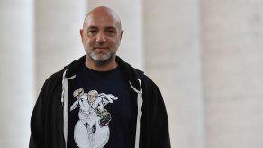 Artista callejero imprime camisetas con el papa Francisco representado como Superman