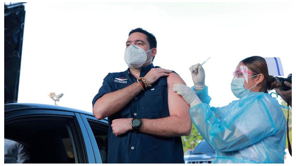 El vicepresidente de la República, José Gabriel Carrizo recibió la primera dosis de la vacuna contra covid-19 de AstraZeneca en el Estadio Rommel Fernández.