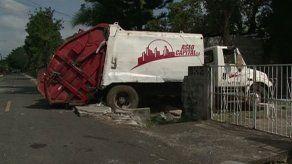 Camión recolector de basura terminó en el patio de una casa en Arraiján