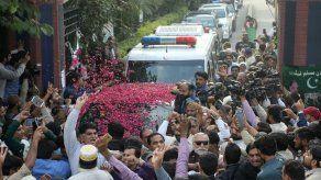 El convicto exmandatario paquistaní Sharif sale del país por motivos médicos