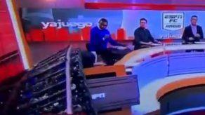 Pantalla cae sobre la espalda de periodista colombiano en plena transmisión