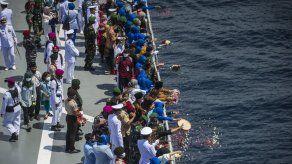 Familiares de las víctimas, embarcadas en una nave de la marina, depositaron flores en el mar durante una ceremonia en homenaje a las víctimas el viernes.
