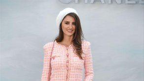 Penélope Cruz rinde homenaje a Karl Lagerfeld desfilando para Chanel