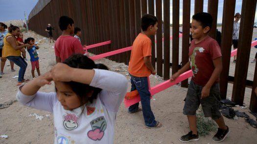 Un profesor aprovecha la valla entre EEUU y México para crear tres balancines