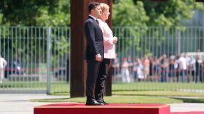 Merkel quita hierro a temblor corporal en medio de rumores sobre su salud