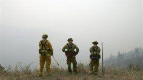 Lluvias y lodo dificultan lucha contra incendios