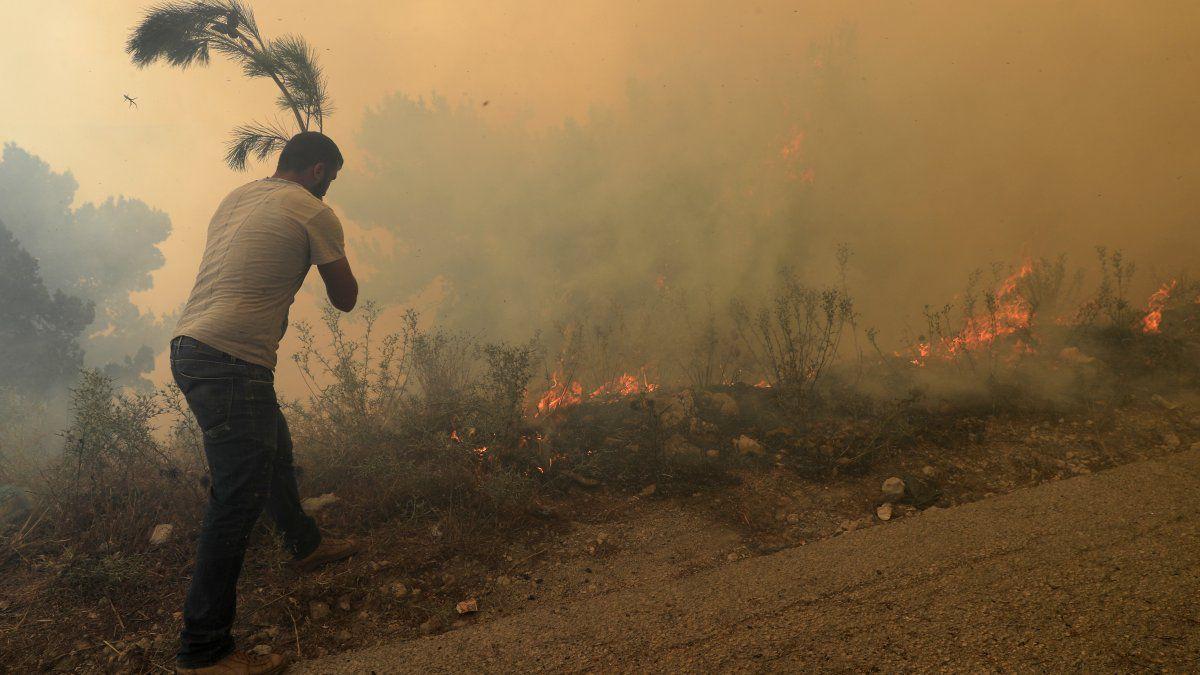Los habitantes publicaron videos y fotos de bosques quemados, árboles ennegrecidos y llamas en las cimas de las montañas mientras el incendio se acercaba a la aldea de Qobayat.