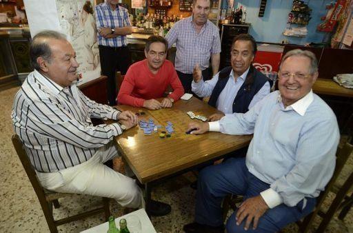 Una partida de dominó en Galicia en agosto de Carlos Slim, el más rico