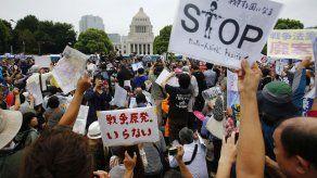Decenas de miles protestan en Tokio contra leyes de Defensa