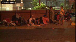 Residentes de El Chorrillo pasan la noche en una acera para recibir su bolsa navideña