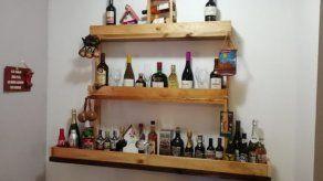 Exhibidor de pared para botellas de licor