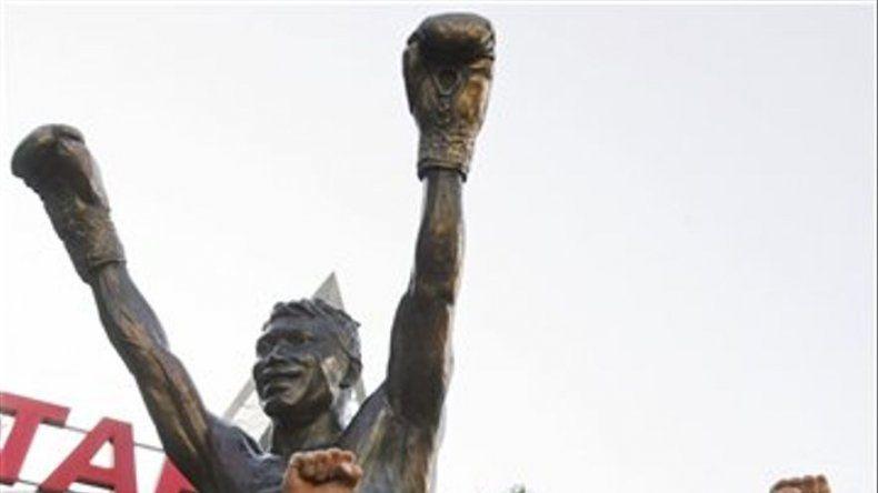 Develan estatua de Oscar de la Hoya en Los Angeles
