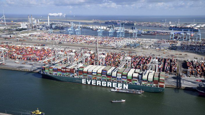 El buque, con unos 18.000 contenedores a bordo, hizo su entrada en el embarcadero neerlandés a primera hora del jueves y contó con la ayuda de barcos remolcadores para atracar en la terminal Delta.