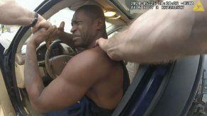 Video de cámara policial muestra arresto de Floyd en juicio