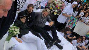Yoko Ono recrea cama de la paz con Ringo Starr y Jeff Bridges en Nueva York