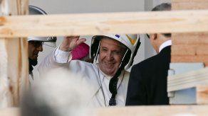 El papa ingresa a una catedral dañada por sismo en Italia
