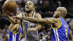 Spurs vence a Warriors y pone serie 3-2