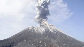 Volcán indonesio hijo del Krakatoa expulsa nubes de ceniza
