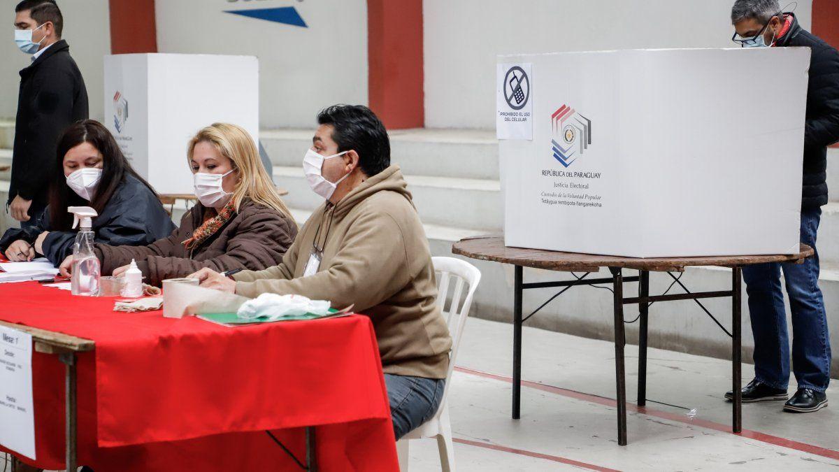 Mario Abdo Benítez (der.), presidente de Paraguay, llega a la Seccional Colorada Nro. 5 para emitir su voto en las elecciones internas partidarias 2021, en Asunción.