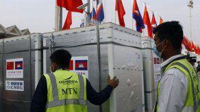 Camboya recibe primer envío de vacunas contra COVID
