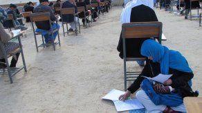 La foto de una madre con su bebé en un examen conmueve a Afganistán