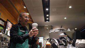 Adultos mayores mexicanos vuelven al mundo laboral de la mano de Starbucks