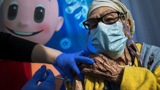 Los mayores de 60 años vacunados en Israel desde hace más de cinco meses podrán recibir el refuerzo.
