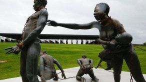 Monumento en Alabama honra a víctimas de linchamientos